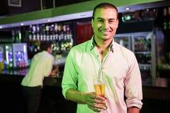 Homme posant avec la glace de bière Photos stock