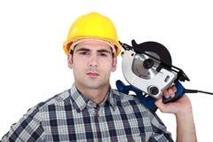 Homme posant avec la scie électrique Photos libres de droits