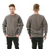 Homme posant avec le pull molletonné gris vide Photographie stock libre de droits