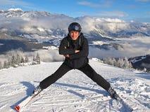 Homme posant sur la pente de ski Photographie stock libre de droits