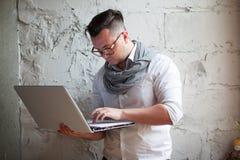 Homme posant sur le lieu de travail dans le bureau Photos stock