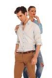 Homme posant tandis que la femme le touche Image stock