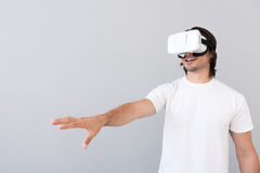 Homme positif à l'aide du dispositif de réalité virtuelle photos libres de droits
