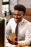 Homme positif d'Afro-américain étant dans une bonne humeur photos stock