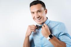 Homme positif gai semblant élégant Image stock