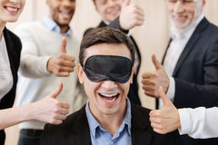 Homme positif heureux entouré par ses collègues Photographie stock