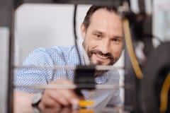 Homme positif heureux travaillant avec la technologie 3d Photographie stock libre de droits