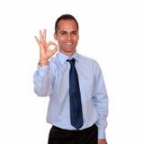 Homme positif regardant et te montrant le signe correct Image libre de droits