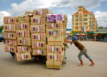 Homme poussant le chariot Photo libre de droits