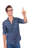 Homme poussant un bouton imaginaire photographie stock