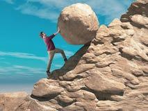 Homme poussant un grand la sphère de la pierre jusqu'au dessus de la montagne photographie stock libre de droits
