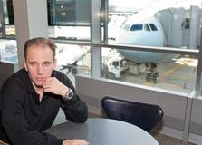Homme près d'une fenêtre. Aéroport. Photos libres de droits