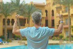 Homme près de piscine Photographie stock