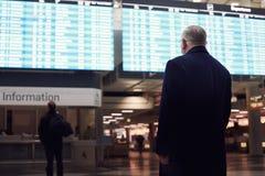 Homme près de programme de ligne aérienne Photos libres de droits