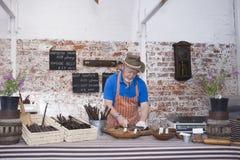 Homme préparant des saucisses de spécialité de stock photographie stock libre de droits