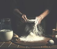 Homme préparant la pâte de pain sur la table en bois dans une fin de boulangerie  Préparation de pain de Pâques images libres de droits