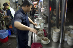 Homme préparant la soupe chinoise pour le client Photo stock