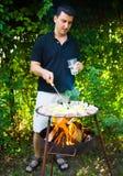 Homme préparant le barbecue image libre de droits
