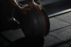 Homme préparant le barbell au centre de fitness image stock