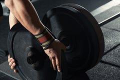 Homme préparant le barbell au centre de fitness photographie stock libre de droits