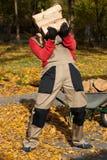 Homme préparant le bois de chauffage pour l'hiver Photographie stock libre de droits