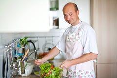 Homme préparant le petit déjeuner Photo stock