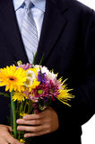 Homme présent des fleurs images stock