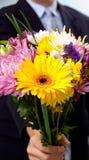 Homme présent des fleurs Photos stock