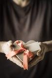 Homme présent le cadeau de boîte de coeur Photographie stock libre de droits
