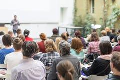 Homme présentant l'exposé dans la salle de conférences à l'université Images libres de droits
