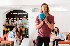 Homme prêt avec la boule de bowling dans le club Image libre de droits