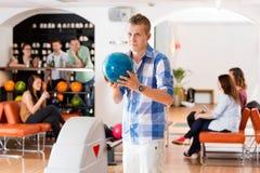 Homme prêt avec la boule de bowling dans le club Photo libre de droits