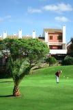 Homme pratiquant à la ressource de golf Image libre de droits