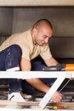 Homme pratique travaillant avec des câbles images libres de droits