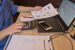 Homme prenant des notes La maison finance l'économie d'investissement Bénéfices, l'épargne Pile de dollars Succès, flux financier images libres de droits