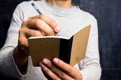 Homme prenant des notes par le tableau noir Photos libres de droits