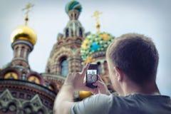 Homme prenant des photos d'église Images libres de droits