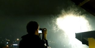 Homme prenant des photos des feux d'artifice photos stock