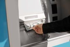 Homme prenant l'argent du distributeur automatique de billets dehors, vue de plan rapproch? photos stock