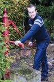Homme prenant l'eau du puits d'eau photos libres de droits