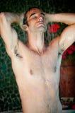 Homme prenant la douche Photographie stock