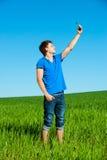 Homme prenant la photo au téléphone photo libre de droits