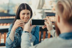 homme prenant la photo de l'amie heureuse Photo stock