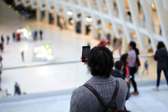 Homme prenant la photo de l'attraction touristique Image libre de droits