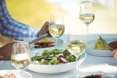 Homme prenant le déjeuner dans un restaurant Photo libre de droits