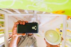 Homme prenant le selfie dans le berceau de bébé photographie stock