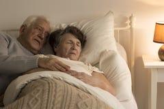 Homme prenant soin d'épouse Photographie stock libre de droits