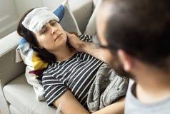 Homme prenant soin de son épouse malade photos libres de droits