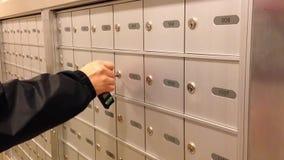 Homme prenant un courrier banque de vidéos