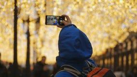 Homme prenant un selfie banque de vidéos